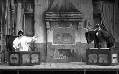 «Арлекин — слуга двух господ». Сцена из спектакля. Фото из архива фестиваля
