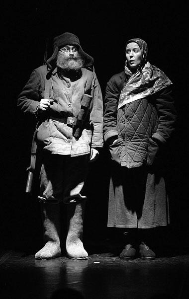 И. Сладкевич и Н. Фиссон в сцене из спектакля. Фото В. Постнова