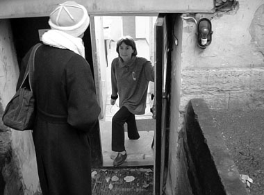 Вход в редакцию «ПТЖ» на Моховой. Выглядывает М. Дмитревская. Фото Т. Жаковской