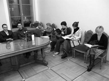 Первые читатели № 50, проданного им заботливыми руками доблестных администраторов А. Александрова (из бывших, ныне — аспирант и преподаватель СПбГАТИ) и С. Пектеева. Фото Ю. Кудряшовой