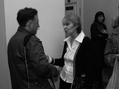 В фойе встретились В. Дель и Е. Горфункель. У колонны видна М. Димант. Фото Ю. Кудряшовой