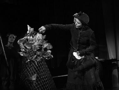 Театр под руководством А. Праудина сделал дерево, и М. Лоскутникова позолотила его листы (наши страницы). Фото Ю. Кудряшовой