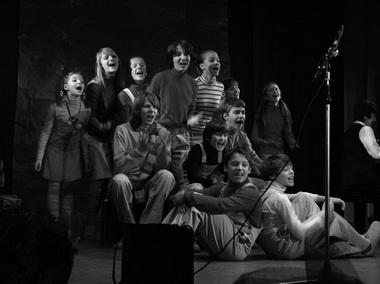 Детский театр «Радуга» под руководством М. Ланды пел Окуджаву и подарил М. Дмитревской боксерские трусы и перчатки. Фото Ю. Кудряшовой