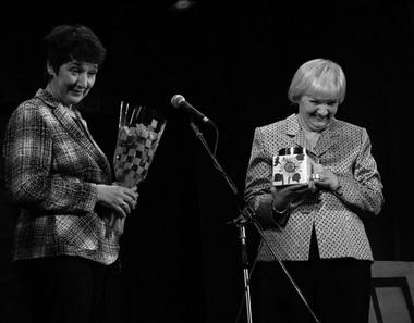 Театральная библиотека (Р. Канне и Н. Буданова) вручила нам бочонок меда с ложкой для дегтя. Фото Ю. Кудряшовой