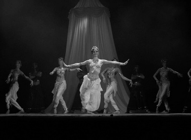 Сцена из спектакля. «Мата Хари». Мюзик-холл. Фото И. Красенкова