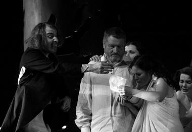 Сцена из спектакля. Фото В. Васильева