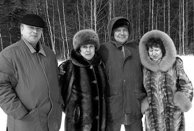 И. Креймер, М. Зайчикова, В. Зайчиков, Н. Наумова. Позади — тайга. Фото М. Дмитревской