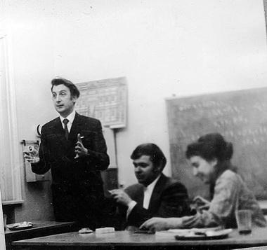 Л. И. Гительман на заседании СНО по зарубежному театру. Справа от него студенты Игорь и Наташа. 1974 г. Фото М. Дмитревской