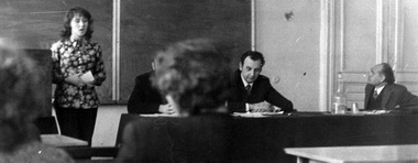 Л. И. Гительман на студенческой научной конференции. Справа от него выступает студентка М. Дмитревская, слева сидит проректор В. Е. Гусев. Фото из архива М. Дмитревской