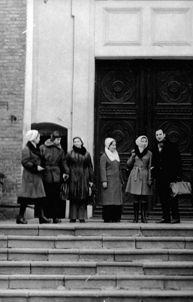 Одна из поездок СНО. Кажется, это был Каунас... Справа налево: Л. И. Гительман и студенты-театроведы Л. Шорина, А. Рубинштейн, М. Райскина, Н. Песочинский, Б. Дашдондогийн. 1974 г. Фото М. Дмитревской
