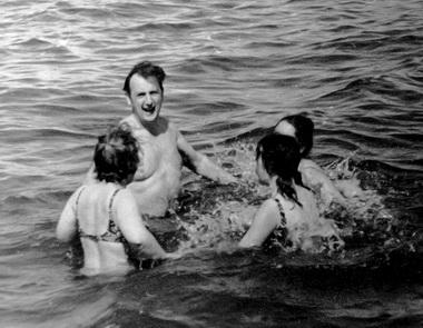 Поездка СНО по Вологодчине. Лев Иосифович со студентами в Белом озере. 1975 г. Фото из архива М. Дмитревской