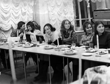 СНО празднует Рождество 25 декабря. Справа налево: студенты Н. Песочинский, М. Дмитревская, Е. Вайс, Л. Ханина, А. Рубинштейн… и далее. 1975 г. Фото из архива М. Дмитревской