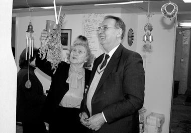 Л. И. Гительман на новоселье в «Петербургском театральном журнале». Любуется на нашу трубу. 7 января 2003 г. Справа от него Т. А. Беседина, мама М. Дмитревской. Фото М. Дмитревской