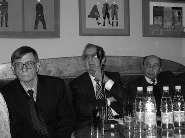 Л. И. Гительман на конференции, посвященной творчеству Э. Някрошюса. Справа от него А. В. Бартошевич, слева — Ю. М. Барбой. Фото М. Дмитревской