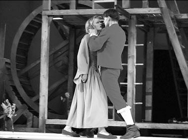 Н. Макарова (Стелла), Д. Мальцев (Брюно). «Великодушный рогоносец». Фото из архива театра