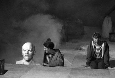 Сцена из спектакля «Прекрасное Далёко». Фото В. Сотникова