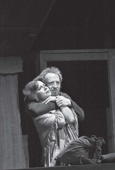 Г. Архипенкова (Авдотья), А. Израэльсон (Ухосдвигов). Фото Е. Меденникова
