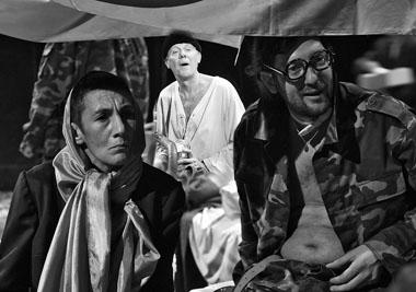 Р. Хайруллина (Пепа), Ю. Машкин (Чаушеску), Ф. Степаненко (Хачо). Фото из архива театра