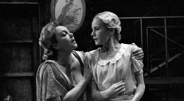 Е. Вовненко (Аманда), А. Бескровная (Лора). Фото из архива театра