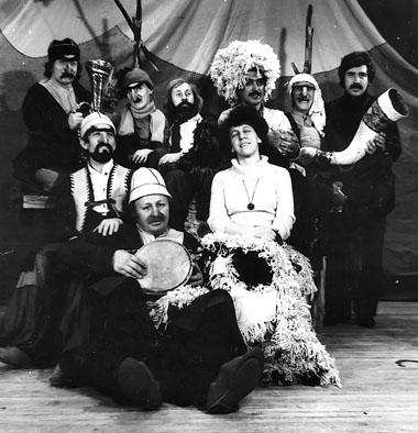 После спектакля «Чинчрака». 1981. Третий слева в верхнем ряду — режиссер Н. Боровков. Третья слева в нижнем ряду — художник Н. Боровенкова. Фото из архива Н. Боровкова