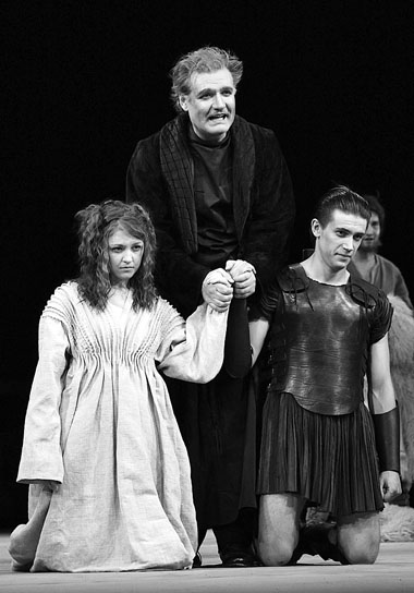 Е. Крегжде (Крессида), В. Симонов (Пандар), Л. Бичевин (Троил). Фото из архива театра