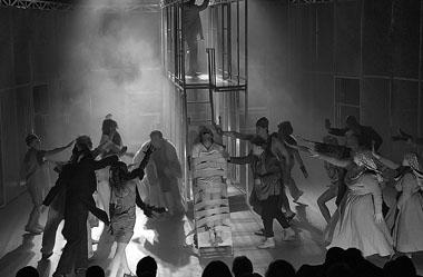 Сцена из спектакля «Курс лечения». Фото К. Синявского