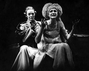 Е. Попова (Энона), М. Игнатова (Федра). БДТ. Фото из архива театра