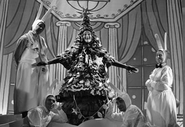 Сцена из спектакля «Большое путешествие маленькой Елочки». Фото В. Постнова