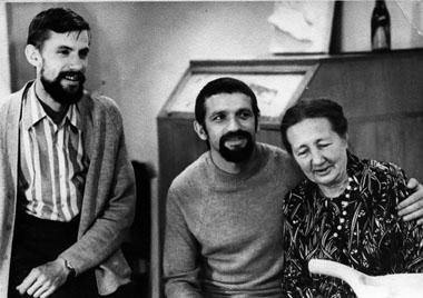 Н. Н. Иванова с макетчиком М. Николаевым (слева) и художником А. Фрейбергсом