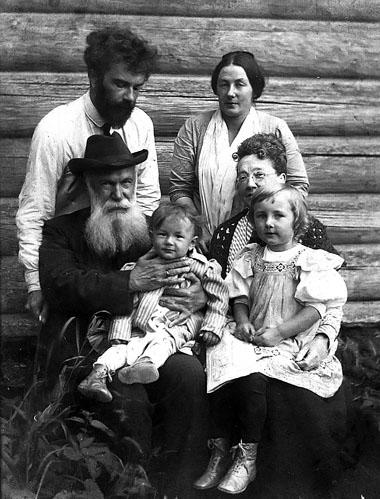 Наташа с бабушкой Александрой Ефимовной, дедушкой Александром Васильевичем, родителями и братом Колей. Старая Русса. 1913 г.
