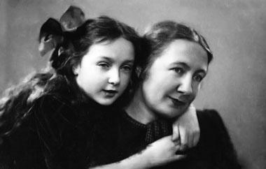 Наталия Иванова с дочкой Ксенией. Май 1941 г.