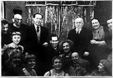 П. К. Вейсбрем, А. А. Брянцев и Н. Н. Иванова с участниками спектакля «Два клена»