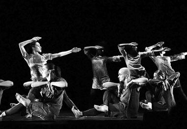 «Глиняный ветер». Эксцентрик-балет Сергея Смирнова. Фото В. Пустовалова