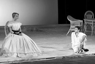 А. Куликова (Наталья Петровна), Р. Барабанов (Беляев). Фото С. Ионова