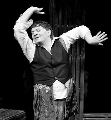 А. Новиков в спектакле. Фото Ч. Абботта