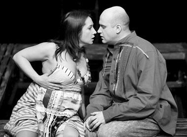 И. Полянская, В. Коваленко в спектакле. Фото Ч. Абботта