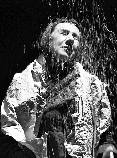 Р. Хайруллина в спектакле «Я скучаю по тебе!». Фестиваль «Пять вечеров» и «СамАрт». Фото А. Телеша