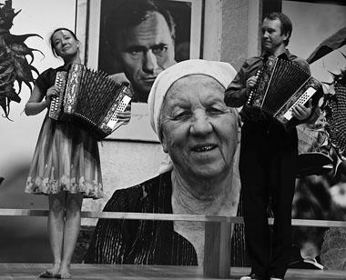 Ч. Хаматова и Е. Миронов в спектакле. Фото М. Гутермана