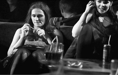 """Сцена из спектакля «Кафе """"Поглощение""""». Фото В. Ременюка"""