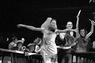 Сцена из спектакля «Вяселле». Фото В. Дамутя