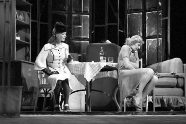 Л. Каевицер (Бланш), В. Болотова (Стэлла). Фото из архива театра