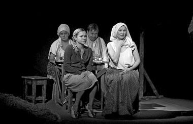 Сцена из спектакля «Саня, Ваня, с ними Римас». Фото из архива театра