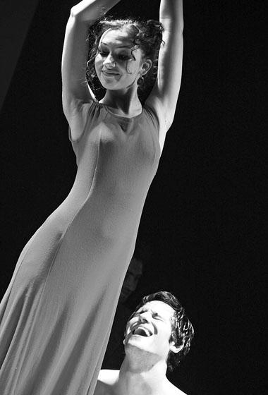 Н. Толубеева (Ольга Ивановна) в спектакле «Попрыгунья». Фото Е. Головиной