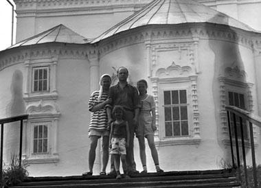 Семья: Е. Марусяк, А. Толубеев и дочки Лиза и Надя. Фото из личного архива