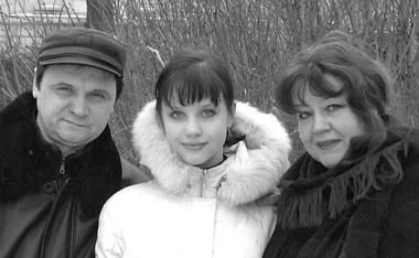 П. Воробьева с родителями К. Воробьевым и О. Самошиной. Фото из семейного архива