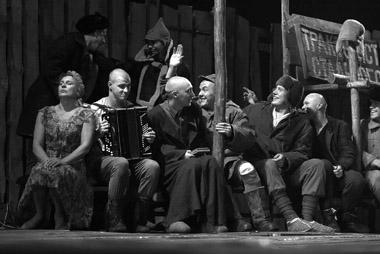 Сцены из спектакля. Фото А. Зайковой