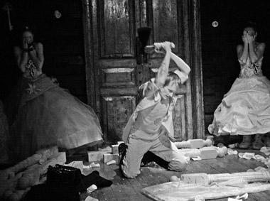 И.Плесняева (Варя),  О.Ягодин (Лопахин), А.Кравцова (Аня).  Фото В. Луповского