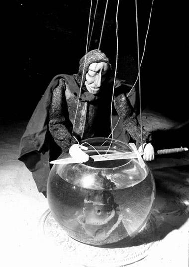 Сцены изспектакля «Трагедия оМакбете». Гродненский областной театр кукол. Фото изархива театра