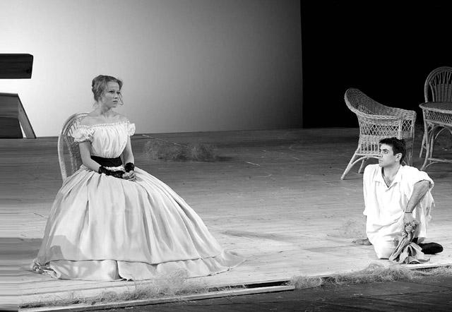 А.Куликова (Наталья Петровна), Р.Барабанов (Беляев).  Фото С. Ионова