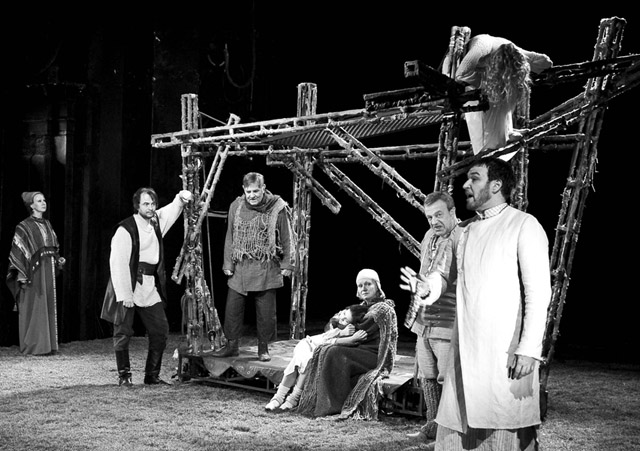 Сцена изспектакля «Салемские колдуньи». Фото изархива театра